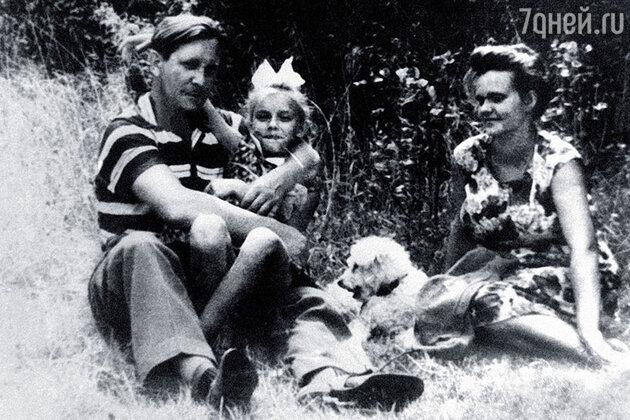 Наталья Трубникова с родителями и собакой Нонкой