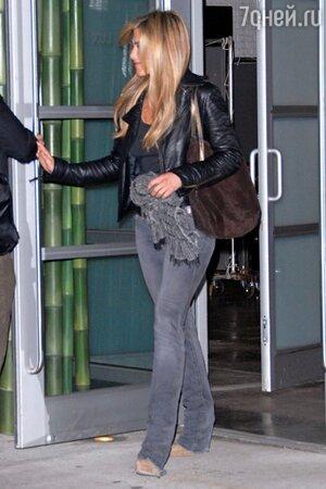 Дженнифер Энистон с сумкой из коричневой замши от Tiffany & Co