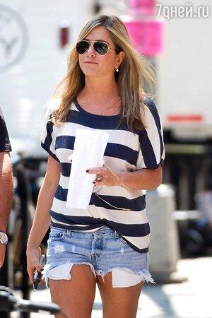 Дженнифер Энистон в очках модели Aviator от бренда Ray-Ban
