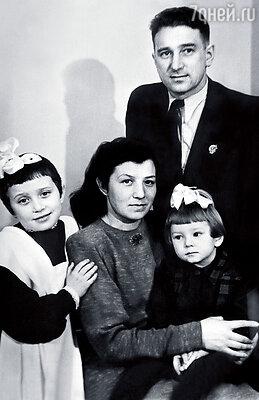 Наша семья: мама Нина Григорьевна, папа Анатолий Владимирович, старшая сестра Галя и я