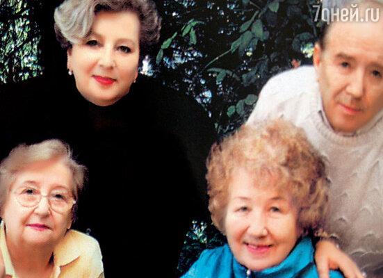 Я с мужем Володей Крайневым, свекровью Илей Моисеевной и мамой Ниной Григорьевной