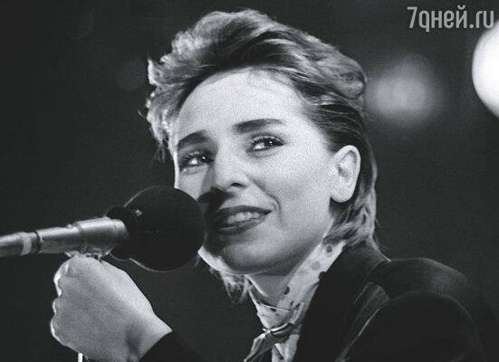 Не успеваю прийти в себя, как вижу ее уже на сцене: Агузарова берет такую высокую ноту, что у меня по спине холодком бегут мурашки. 1987 г.