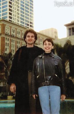 Наша парочка на фоне небоскребов в Сан-Франциско... Улыбаемся весьма оптимистично, готовые биться лбом во все двери. Ник и Жанна, 1990 г.