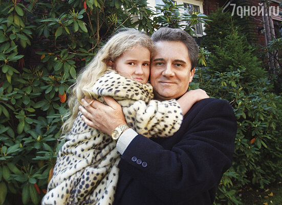 Я еще надеялся, что Жанна вернется. И долго-долго ее ждал. Наконец встретил в Нью-Йорке русскую женщину, у нас родилась дочь Николь, сейчас ей 10 лет. Ник с дочерью, 2011 г.
