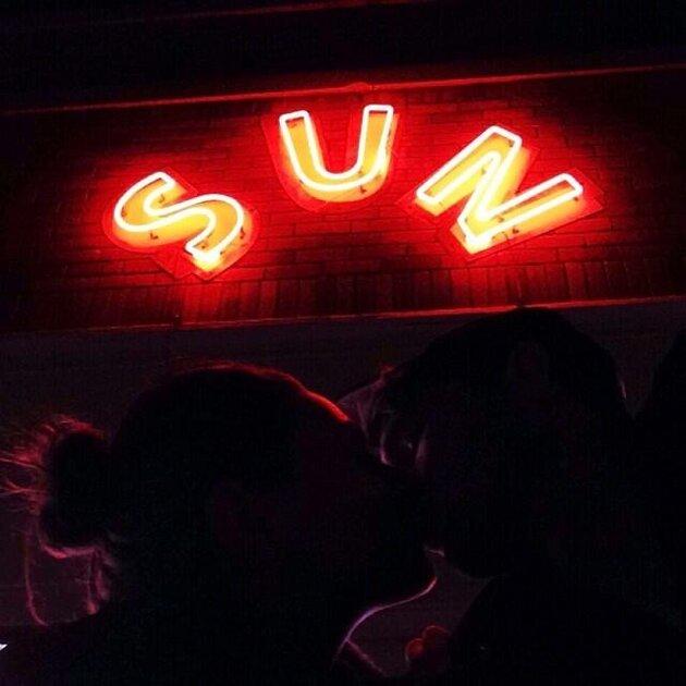 Эштон Катчер целует Милу Кунис на фоне звукозаписывающей студии Sun Studio