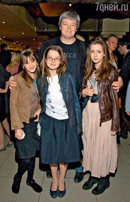 Александр Стриженов с младшей дочкой Александрой (в центре) и с племянницами Полиной и Елизаветой