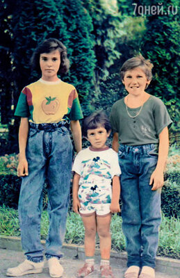 Сестры — мои самые верные подруги, от них у меня секретов не было никогда... На фото: Сати (слева) с Марьяной и Светой