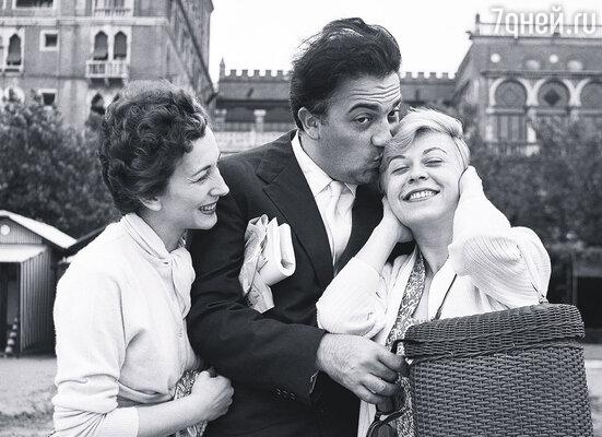 Муж был прирожденным дамским угодником, но Джульетта прощала ему все. Федерико Феллини с актрисами Валентиной Кортезе и Джульеттой Мазиной, Венеция, 1955 г.