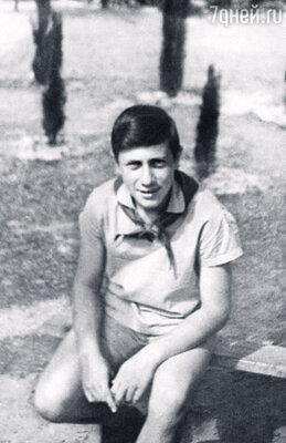 Володя окончил школу в Курске, где его мама была педагогом. (Артек, 1962 г.)