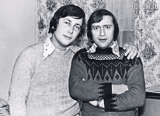 В ансамбле «Самоцветы» Вова стал делать первые пародии на Геннадия Хазанова. (Космодром «Байконур», В.Винокур и Г.Хазанов)