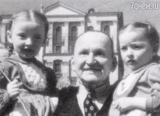 Александр Николаевич Вертинский со своими маленькими дочками Марианной и Анастасией