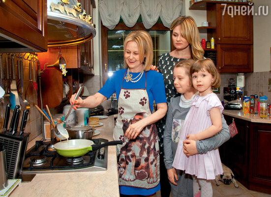 Дарья передает свои кулинарные секреты дочери ивнучкам