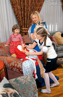 Внучки Дарьи Настя и Ариша готовят чучело Маслены куличным гуляньям