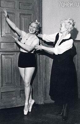Даже став звездой кино, Любовь Петровна продолжала заниматься танцами. Ежедневный экзерсис спедагогом. 1939 г.
