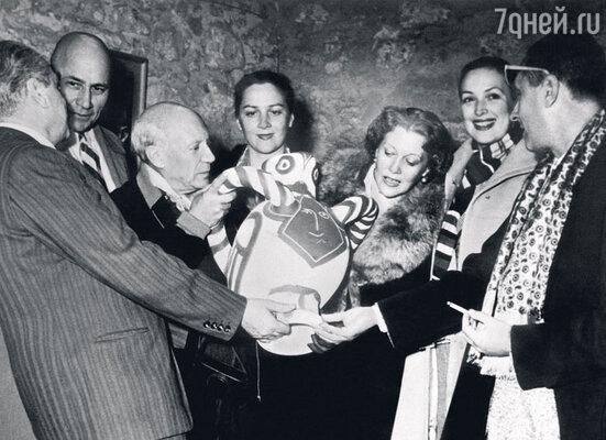 Любовь Орлова с делегацией советских артистов во Франции на встрече с Пабло Пикассо. 1954 г.