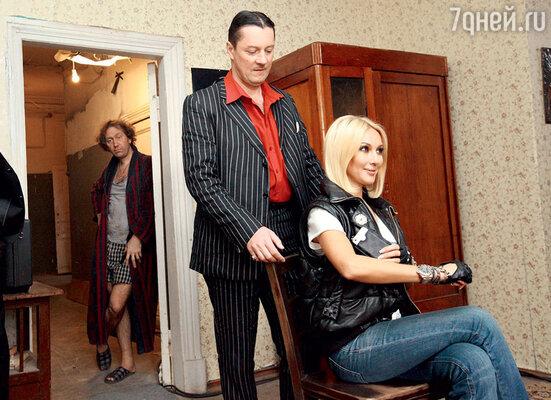 Героиня Леры Кудрявцевой везде ходит с телохранителем (Валерий Иваков). На заднем плане ее обидчик — Кеша (Александр Демидов)