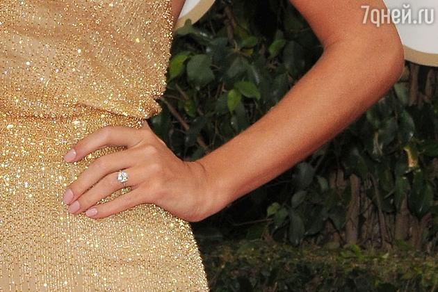 Рози Хантингтон-Уайтли похвасталась обручальным кольцом с огромным бриллиантом