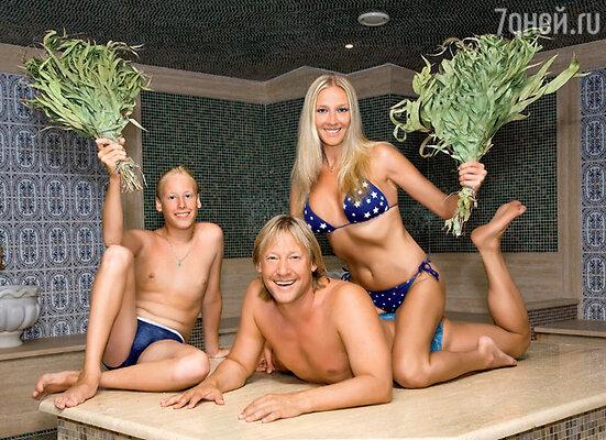 Вечерами Дмитрий Харатьян с женой Мариной Майко и сыном Иваном выбирались в турецкую баню, чтобы пропариться с вениками из эвкалипта
