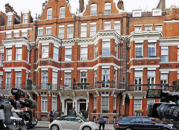 В день смерти Александра МакКуина вся площадь перед домом знаменитого дизайнера (на фото) была запружена автомобилями. Лондон сошел с ума — 11 февраля 2010 года кумир англичан покончил с собой...