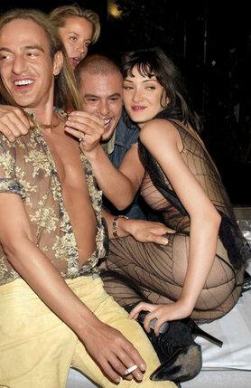С некоторых пор МакКуин открыл в себе запойную страсть к развлечениям — заведясь и начав бродить по бесконечным пати, он неделями не мог остановиться; способствовал этому и кокаин, к которому МакКуин пристрастился благодаря дружбе с Кейт Мосс. МакКуин с Гальяно и Анабель Ротшильд на модной вечеринке, 2000 г.