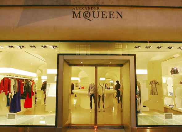Чем лучше шли его профессиональные дела — магазины МакКуина расплодились по всему миру, тем тоскливее было на душе у Александра...
