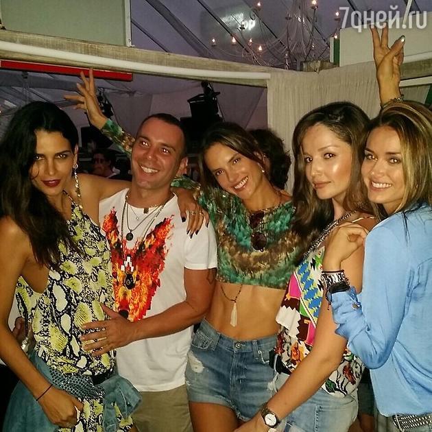 Алессандра Амбросио (в центре) с друзьями