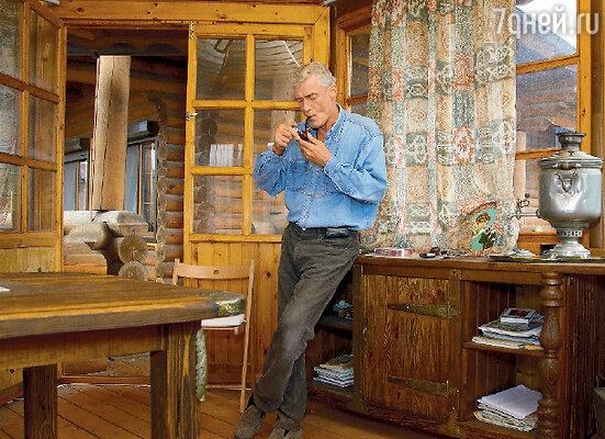 Мебель для этой беседки Борис Васильевич сделал своими руками