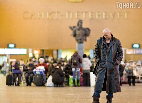 «Вечер. Пора уезжать в Москву. Вокзал. В голове пулеметной очередью проносится: «Невозможно же так расстаться. Мы ведь должны как-то объяснить все друг другу...»