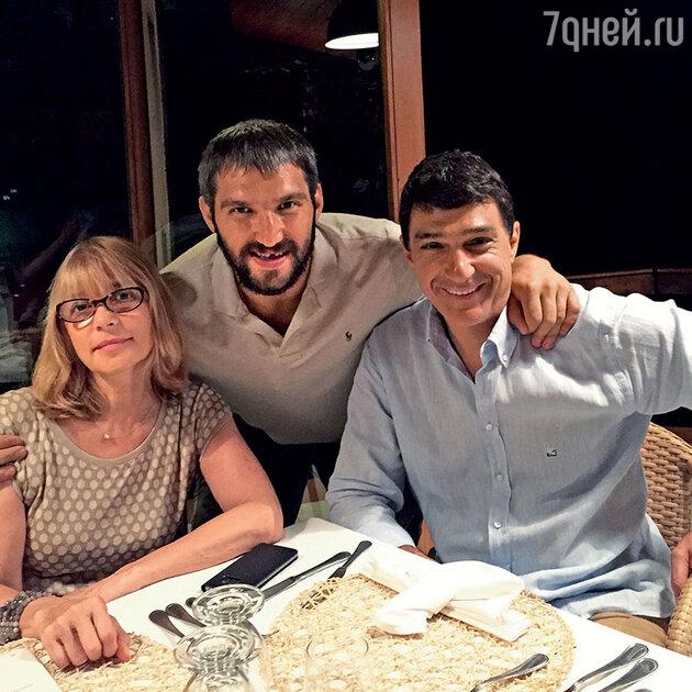 Родители Анастасии Вера Глаголева и Кирилл Шубский вместе с Александром Овечкиным