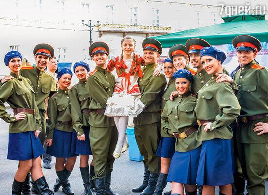 В четыре года став победительницей вокального конкурса, Настя Титова поняла, что сцена — ее призвание. Настя Титова на концерте, посвященном Дню Победы. 2013 г.