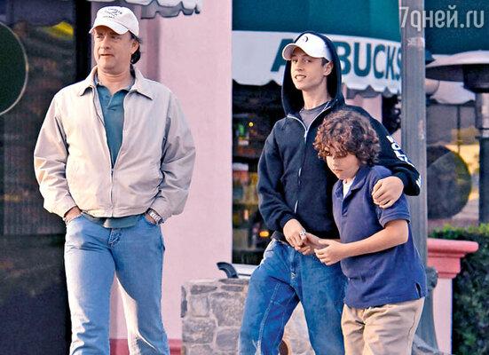 На прогулке с сыновьями Четом и Труменом