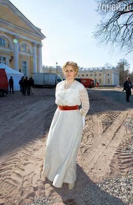 На Анне Михалковой старинные платья сидят как влитые
