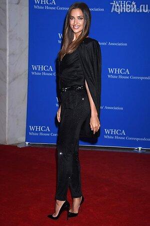 Ирина Шейк в комбинезоне от Atelier Versace и туфлях от Christian Louboutin