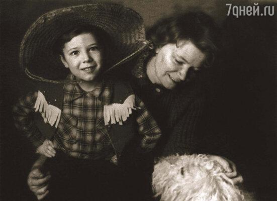 Нина Евгеньевна своего любимчика Андрея в детстве не баловала...
