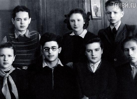 Я (во втором ряду) со школьными друзьями и Эдиком Миансаровым (в центре)