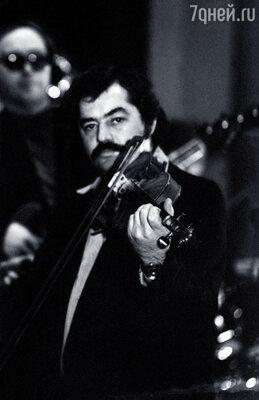 Марк Фельдман был замечательным скрипачом, и во время гастролей в Виннице я уговорила его влиться в наш ансамбль