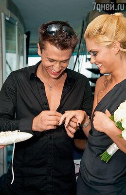Я решил зря времени не терять: «Либо женимся, либо расходимся». А что тянуть? В нашем возрасте надо создавать семью, развиваться… Иначе неизвестно, куда извилистая актерская судьба заведет… Павел и Агата на свадьбе