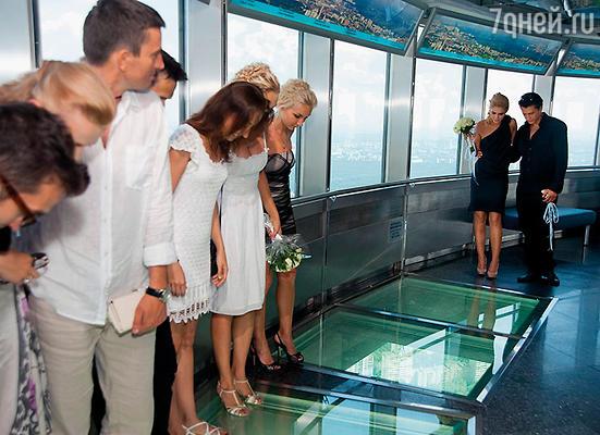На место нашего бракосочетания гостей везли с завязанными глазами, подняли на лифте... Заиграла музыка, я снял с любимой повязку… Агата в прямом смысле ощутила себя на седьмом небе — под нами был стеклянный пол ресторана Останкинской башни, вся Москва как на блюдце…