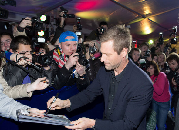 Актеры раздали автографы на красной дорожке