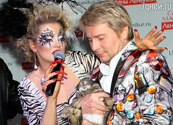 Николаю Баскову преподнесли в дар увесистого пушистого кролика (Лена Ленина и Николай Басков)