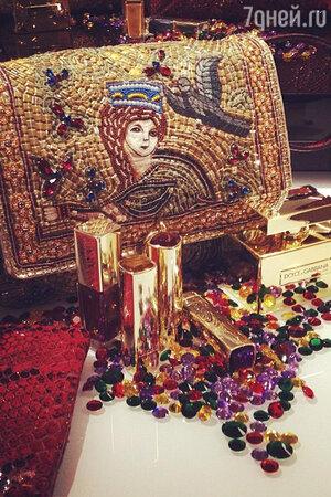 Вдохновением для создания сумок от Dolce&Gabbana стали фрески сицилийских соборов