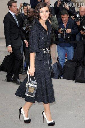 Мирослава Дума с сумочкой в форме флакона Chanel №5
