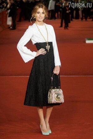 Модель Свева Алвити с иконописной сумочкой от Dolce&Gabbana