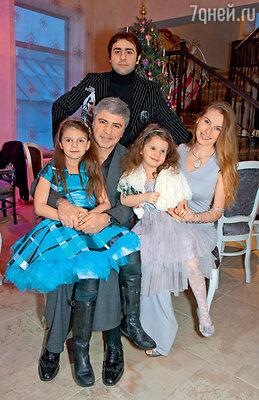 Сосо Павлиашвили сженой Ириной, сыном Леваном идочками Лизой (на руках у папы) и Сандрой