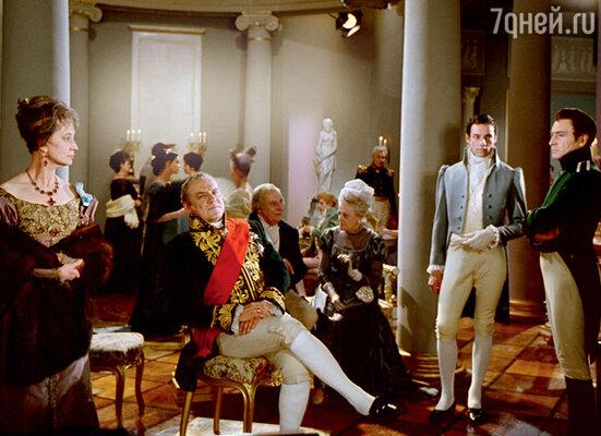 «У Фадеева на стене висело ружье, ивот, позаконам театра, оно выстрелило. Хорошо, что Саша был слишком пьян ипромахнулся, не задев Люсю. Помню, как она показывала мне дырку встене: «Смотри, что творит, сволочь!»  Александр Фадеев (в центре) в фильме «Война и мир». 1966 г.