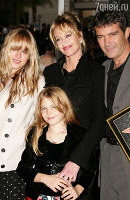 Антонио Бандерас и Мелани Гриффит с дочерьми Дакотой и Стеллой