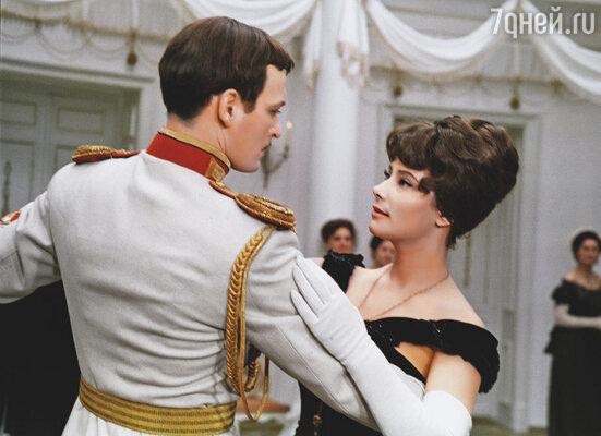 Первым мужем Самойловой был Василий Лановой. После развода они встречались на съемках «Анны Карениной»