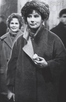 У Тани была совершенно бешеная популярность. С ней было невозможно нигде появиться. (Т. Самойлова,  метро «Белорусская», 1957 г.)