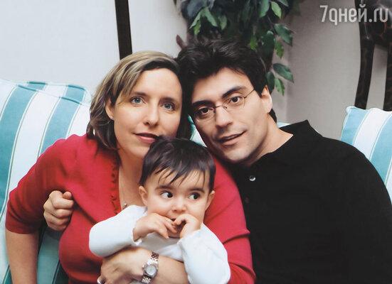 Наш сын  Митя — взрослый самостоятельный человек, давно живет в Америке, он врач-нейрохирург.  Свою дочь Митя назвал Татьяной в честь знаменитой мамы