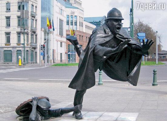 Хулиган и полицейский — оригинальная скульптура, установленная на одной из площадей Брюсселя